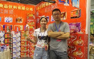 亲近福领导与好妞妞招商网工作人员在2015年秋季郑州糖酒会现场合影