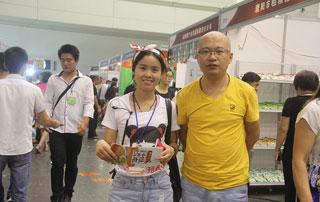 沁爽食品公司领导与好妞妞招商网工作人员在2015郑州秋季糖酒会现场合影