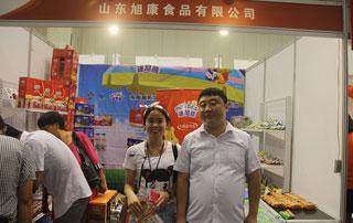 枣庄旭康食品领导与好妞妞招商网工作人员在第十六届郑州糖酒会现场合影
