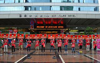 好妞妞庞大的宣传队伍在闽江饭店门前冒雨宣传