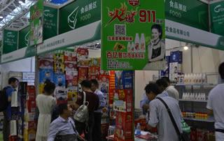 枣庄市小神龙食品有限公司2016秋季福州糖酒会展位前宾客众多!
