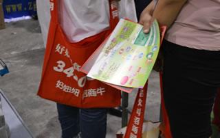 广大经销商和代理商都喜欢用好妞妞特制的跨袋,既方便,又美观。