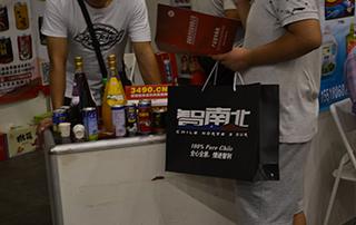 第十八届郑州秋季食品交易会好妞妞为商家送上名片盒