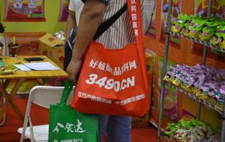 好妞妞的袋子在郑州糖酒会随处可见
