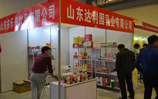 山东达利园乳业有限公司在山东临沂糖酒会热切与经销商交谈!