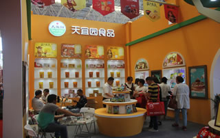 天宜园食品2017漯河食品节热切与经销商交谈!