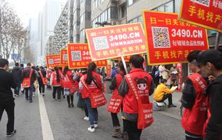 红色的上衣,红色的条幅,红色的宣传牌,统一的红色,出现在会展的每个角落