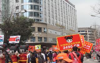 会场的各个角落都可以见到身着红马甲、手举红色宣传牌的好妞妞宣传队伍