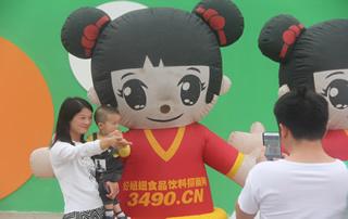 好妞妞气模在漯河食品节引来人们的拍照合影